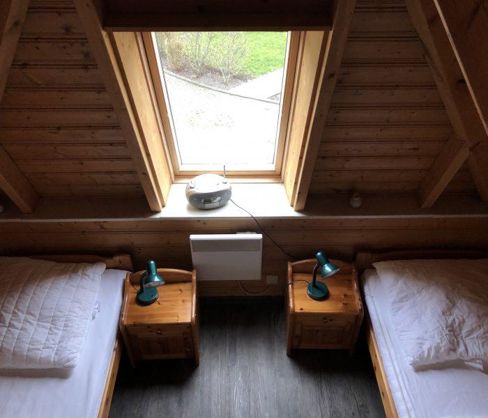Einzelbetten mit Nachttisch und Lampe